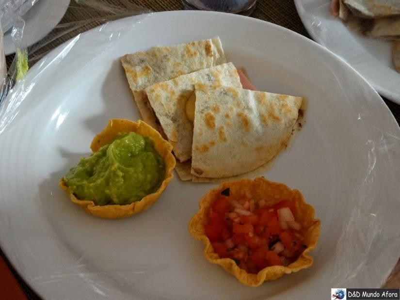 Massa de tortilla com presunto e queijo quentes, vinagrete e guacamole