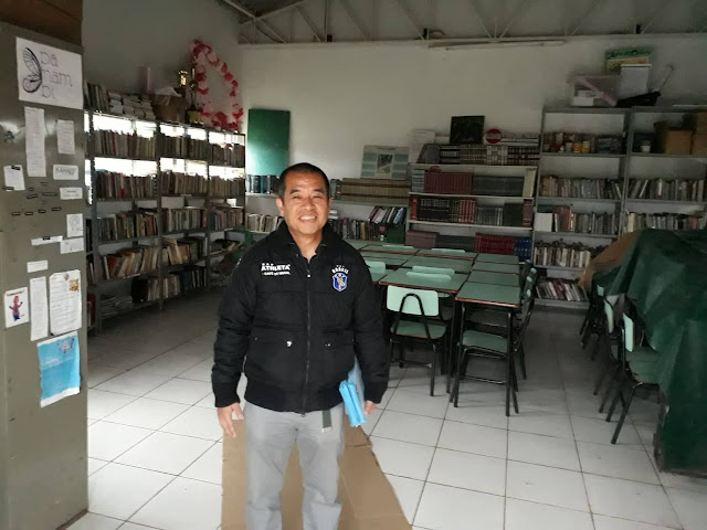 """É uma honra para Biblioteca Comunitária - CNI receber o professor Ryonosuke Yamagata da capital Tóquio.     O professor depois de conhecer as Cataratas do Iguaçu, Parque das Aves e a Hidrelétrica Binacional de Itaipu veio conhecer o projeto da Biblioteca Comunitária e como ela funciona.     Destacamos a fala do acadêmico da Unioeste, Marcelo Botura, que reside no bairro. """"É gratificante receber uma pessoa tão importante em nossa comunidade, isto é, na biblioteca. Um professor, tendo em seu país a educação em primeiro lugar, diferente do nosso. O educador veio conhecer o nosso trabalho de anos, isto é, um privilégio de ser reconhecido. Lembro que atualmente estamos no processo de construção da biblioteca, mesmo que na falta de diversas coisas, estamos trabalhando de acordo com nossas possibilidades, digo os membros do CNI, para que este lugar seja no futuro breve ponto transformador, além de ser um novo ponto Turístico de Foz do Iguaçu. Tudo este trabalho é para que Biblioteca Comunitária seja uma referencia de transformação na educação na periferia do município sendo um exemplo para o Brasil e mundo. Lembro-me, mesmo ainda não sendo um ponto turístico de Foz, está biblioteca já recebeu e recebe pessoas de diversos países, como: França, Japão, Uruguai, Paraguai, Argentina, Haiti, Colômbia, Peru, Equador dentre outras."""" Diz o morador.     A população do município de Foz do Iguaçu e região podem conhecer este projeto, ou seja, a comunidade Cidade Nova terá sempre orgulho de receber e informar a importância deste projeto, sem recurso público no qual vem se realizando."""
