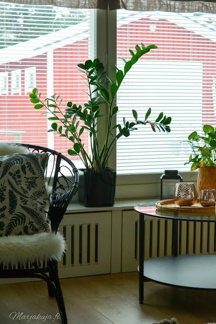 koti, olohuoneen sisustus, #olensisustaja, sisustus, olohuone, livingroom, kirppis, kirppislöytö, ektorp, ektorp sohva, pellava, skandinaavinen, detail, decoration, rottinkituoli, lumikenkätuoli
