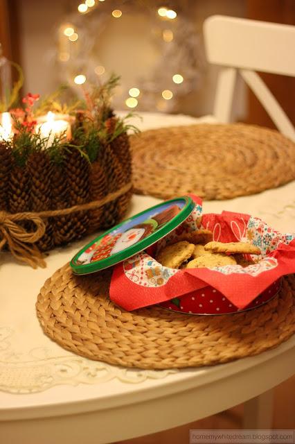 ciasteczka owsiane, ciastka owsiane z czekoladą i kokosem, ciasteczka świąteczne, dekoracje świąteczne, choinka, Atrapa kominka, biały wianek, wianek z gałązek, wieniec z szyszek, bombki Seart,