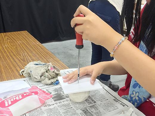 横浜美術学院の中学生教室 美術クラブ 紙ねんど立体「ハロウィーンかぼちゃの模刻」6