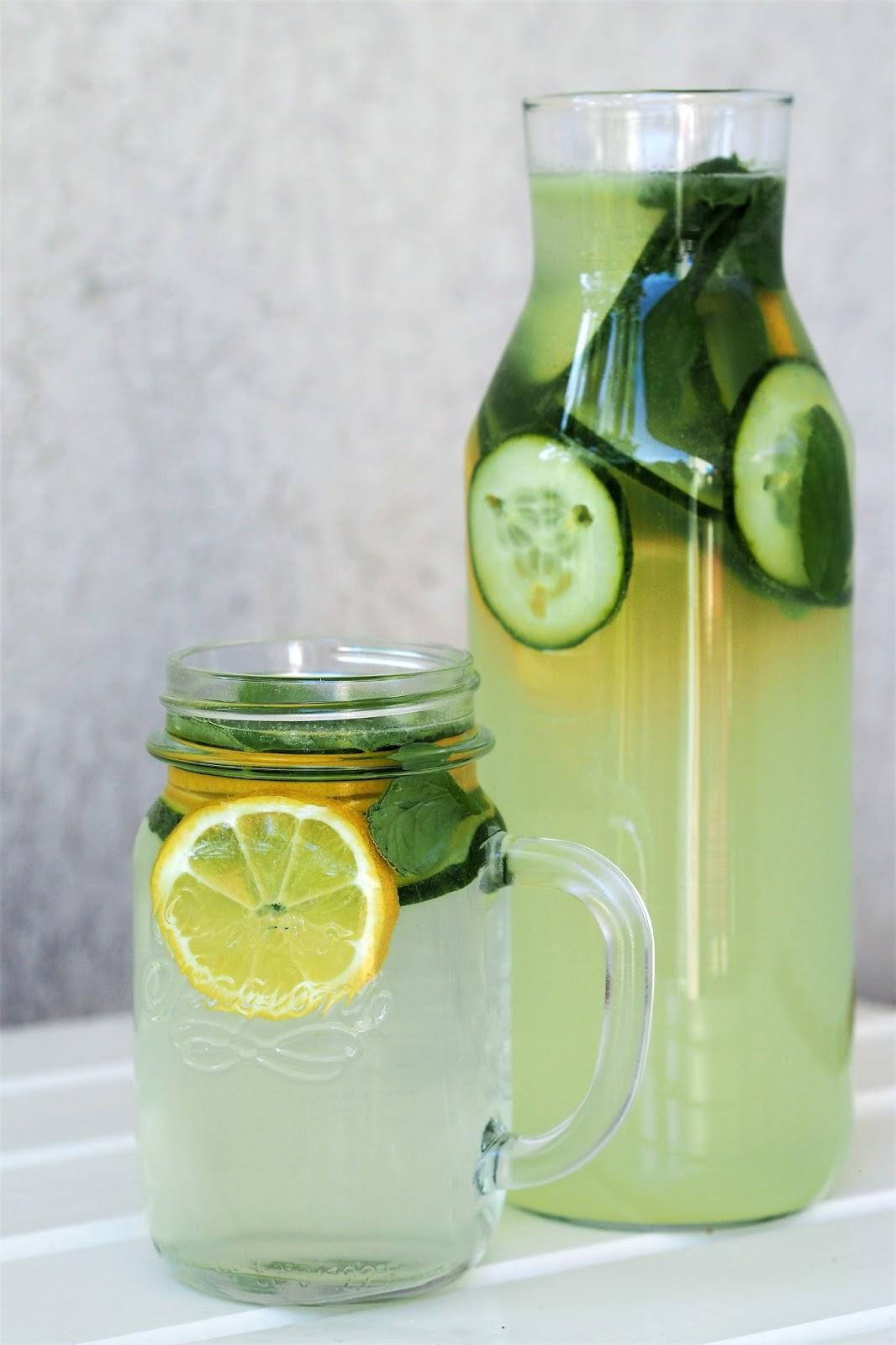 Lemoniada ogórkowo-cytrynowa z dodatkiem mięty.