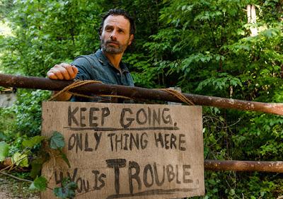 Rick di fronte ad un cartello di avvertimento fiuta odore di bottino