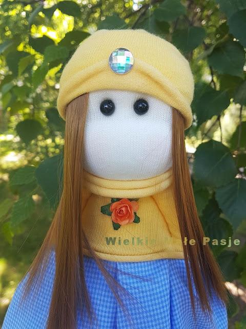 lalka, lalka ręcznie szyta, lalka materiałowa, lalka ze skarpetki, skarpetkowa lalka, zabawki ze skarpetek, skarpetki, pomysł na uszycie zabawki ze skarpetek, lato, łąka, polne kwiaty, szycie lalek, sesja na łące, polska, folk, zachód słońca, ręcznie szyte zabawki, pomysł na prezent, lalki szyte,  doll, hand-sewn doll, fabric doll, doll with socks, socks doll, toys from socks, socks, idea for needlework toy from socks, summer, meadow, field flowers, sewing dolls, session on meadow, Poland, folk, sunset, hand sewn toys, gift idea, sewn dolls, muñeca, muñeca cosida a mano, muñeca de tela, muñeca con calcetines, muñecas calcetines, juguetes de calcetines, calcetines, idea para costura de calcetines, verano, prado, flores de campo, muñecas de costura, sesión en prado, Polonia, folk, puesta de sol, juguetes cosidos a mano, idea de regalo, muñecas cosidas, кукла, кукла-кукла, кукла из ткани, кукла с носками, куклы из носков, игрушки из носков, носки, идея для рукоделия из носков, лето, луг, полевые цветы, швейные куклы, сеанс на лугу, Польша, фолк, закат, ручные сшитые игрушки, идея подарка, сшитые куклы, Puppe, handgenähte Puppe, Stoff Puppe, Puppe mit Socken, Socken Puppe, Spielzeug aus Socken, Socken, Idee für Handarbeit Spielzeug aus Socken, Sommer, Wiese, Feldblumen, Nähen Puppen, Sitzung auf der Wiese, Polen, Folk, Sonnenuntergang, handgenähte Spielzeuge, Geschenkidee, genähte Puppen,