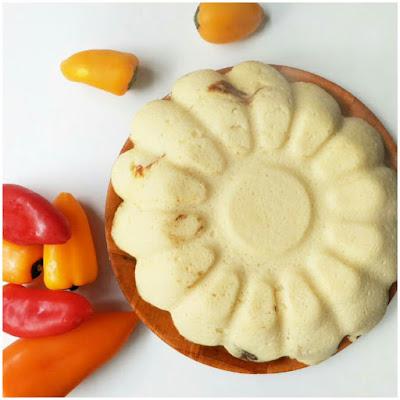 Pastel de coliflor vista super, con mini pimientos