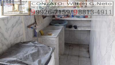 área de serviço toda revestida em cerâmica e coberta com telhado e lavanderia