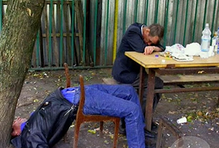 Smesna slika: Pijani ljudi spavaju na stolicama