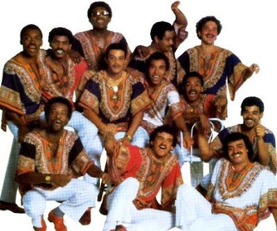 Foto del Grupo Niche con camisas coloridas