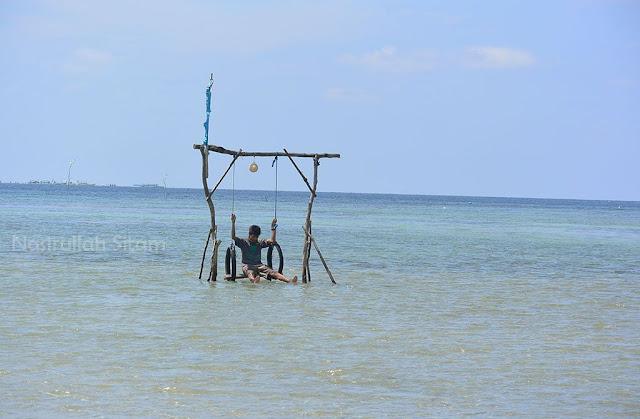 Main ayunan di pantai Annora Karimunjawa