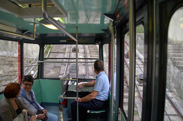 wnętrze kolejki linowej Bergamo-Włochy