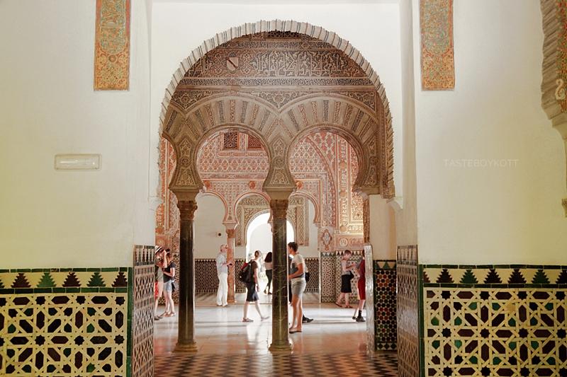 Königspalast Alcázar Sevilla von innen: maurischer Stil, Bögen und gemusterte Fliesen // Royal Palace Alcázar Seville