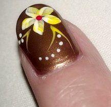 Foto de diseño en una uña con una bella flor