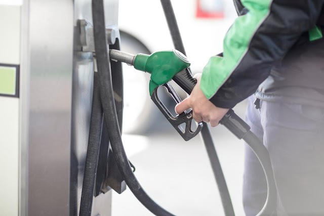 Convenience store staff helped me pay my petrol bill
