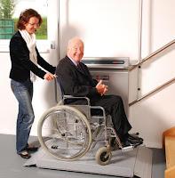Platforma schodowa dla osoby poruczającej się na wózku inwalidzkim