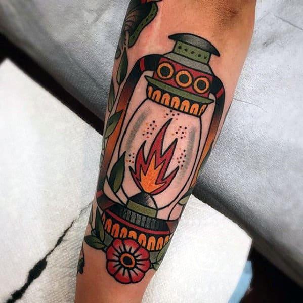 Un tatuaje de antebrazo de farol antiguo de estilo tradicional