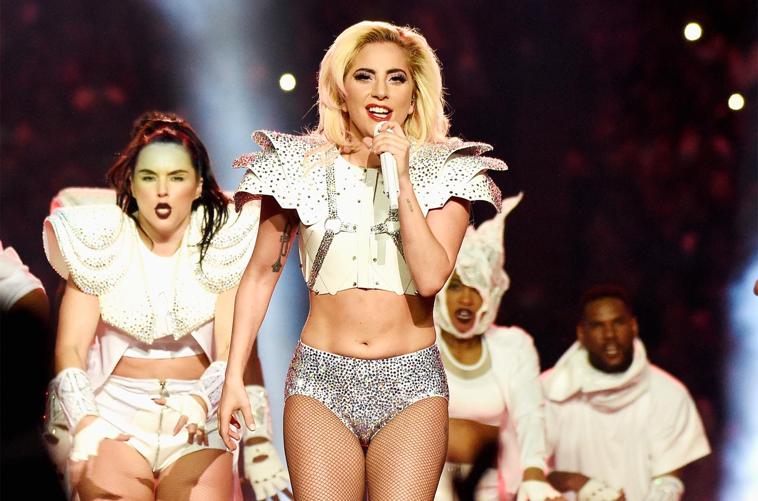 Em show da nova turnê, Lady Gaga pede ajuda a segurança para recuperar bandeira LGBT