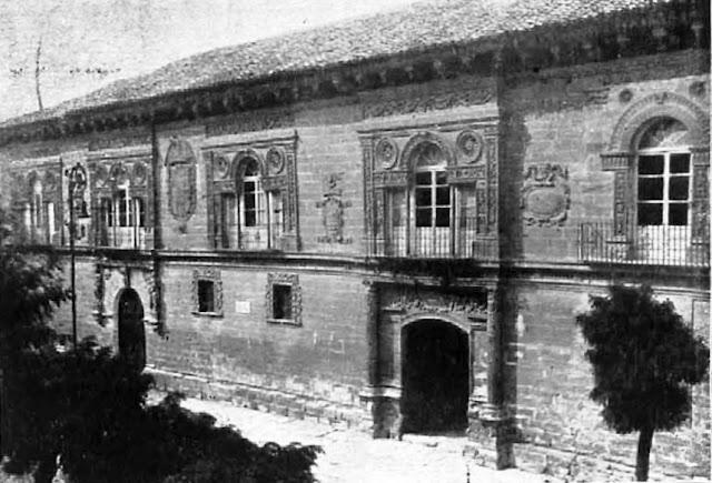 Fotografía de la fachada del Ayuntamiento de Baeza publicada en 1920