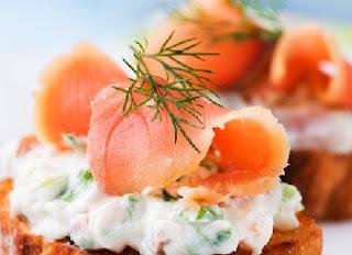 праздничная закуска брускетта с копченым лососем