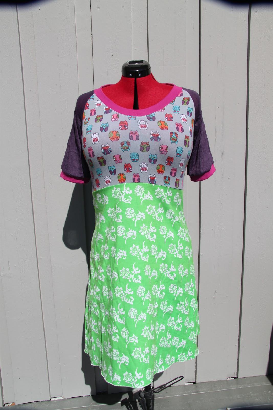 a668da08bc91 Denne kjolen er sydd av ulike stoff. Bryststykket er sydd av grå interlock  med fargerike ugler