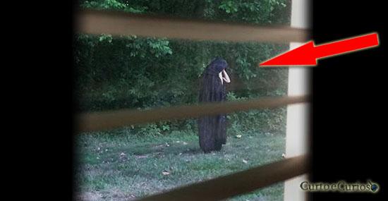 Sinistra figura de capa preta aterroriza moradores de condomínio nos EUA
