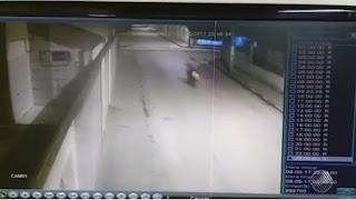 Motociclista é arremessado após ser atingido por carro em cruzamento