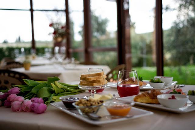 tavola colazione cornetto succo di frutta