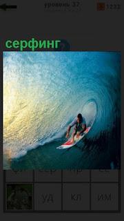 катается на доске человек, ловит волну, серфинг