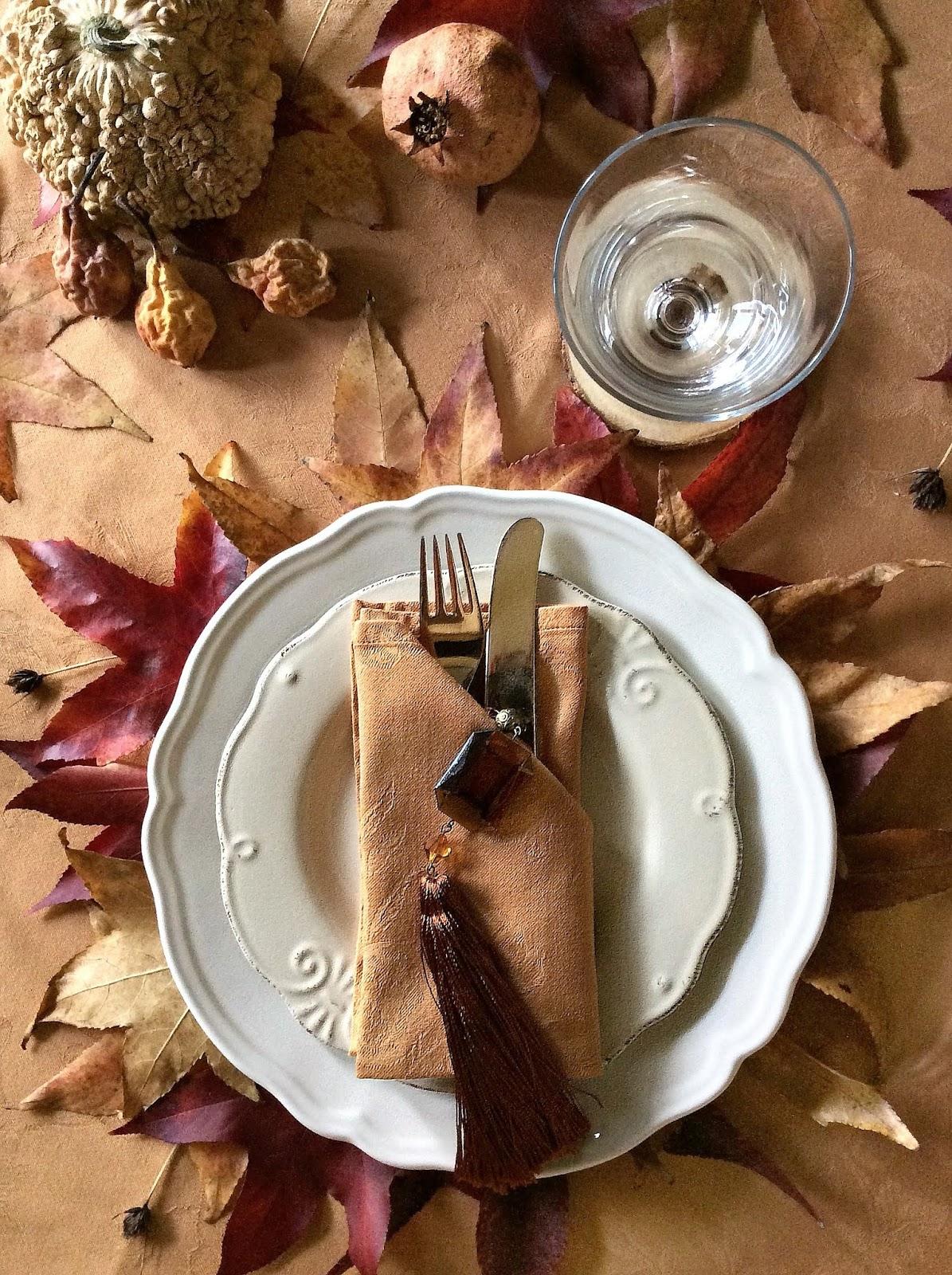 come apparecchiare una tavola autunnale con le foglie