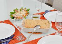 empadão de frango com salada