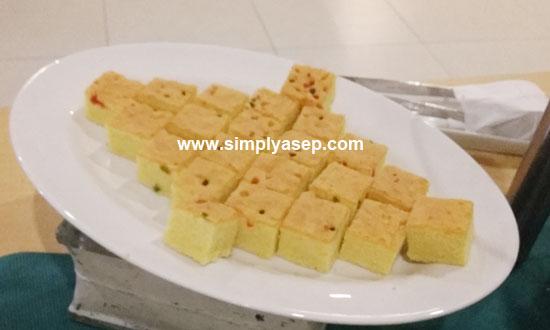 LEMBUT : Teksturnya yang lembut membuat siapa saja suka menyantap sajian kue yang satu ini. Saya tidak tau apa namanya kue ini. Ada yang tau?  Foto Asep Haryono