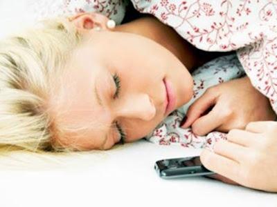 Τι μπορεί να πάθετε αν κοιμάστε με το κινητό δίπλα σας