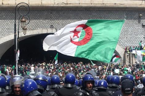 اجي تفهم ...حشود المتظاهرين تتدفق وسط العاصمة الجزائر