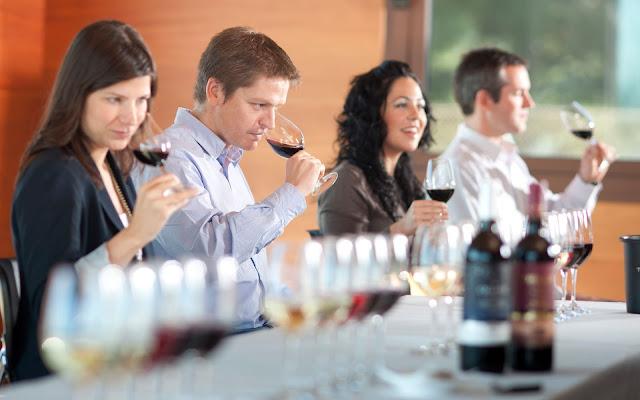 Serás el anfitrión de tu propia degustación de vinos? Aquí hay consejos de un profesional!