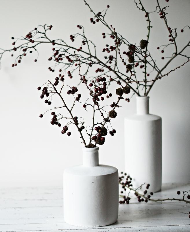 Blog + Fotografie by it's me! - weiße Steingutvasen auf einem weißen Tisch