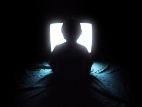 写真:テレビを観る