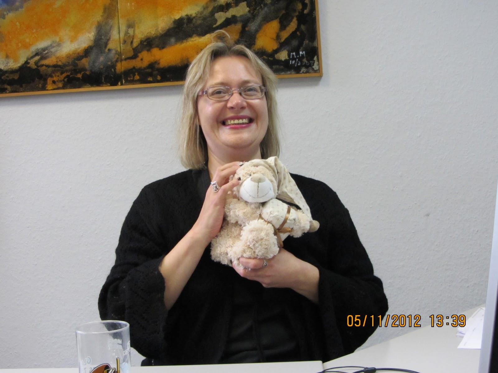 Lady in Black in ihrem damaligen Büro in Herne mit Bürobär Ecki o c Eva L Recklinghausen