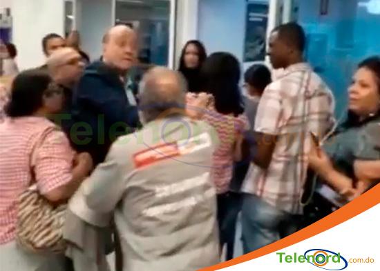 Video:Mira cómo senador RD, agrede y amenaza ciudadano en la fila de un banco