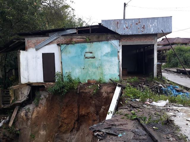 Longsor di Bakhu, Satu Rumah Nyaris Ambruk