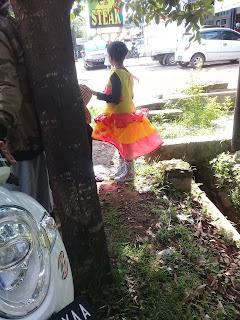 peserta karnaval menunggu sandal pengganti sepatu