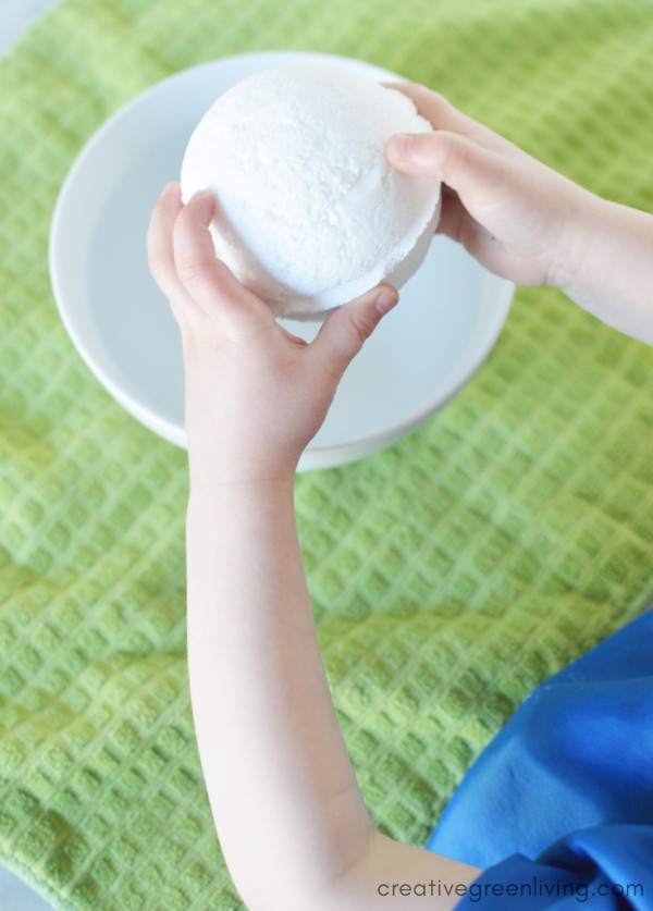 The easiest, most simple, bath bomb recipe. Learn how to make DIY bath bombs for kids that you can make both with and for kids! #creativegreenliving #bathbombs #DIYbathbombs #bathbombrecipe #bathbombsforkids