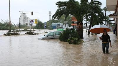 Promenad på översvämmad gata.
