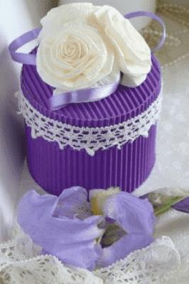 Se más detallista agregando flores y cintas a las cajas para joyas.