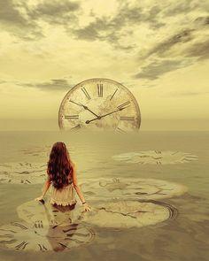 Γυναίκα μέσα σε λίμνη κοιτάζει ένα μεγάλο ρολόι (σουρεαλισμός)