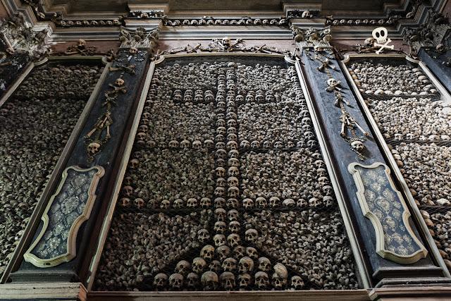 Decoración de cruces realizadas con calaveras y espacios rellenos con huesos largos.