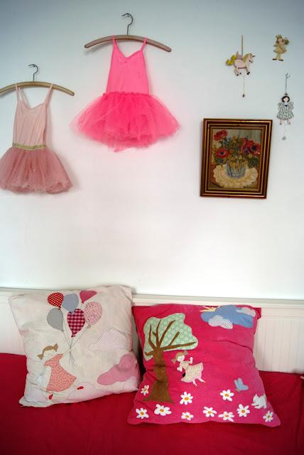 Kinderzimmer Mädchen Schaukel Luftballone Katze Blumen Schmetterling