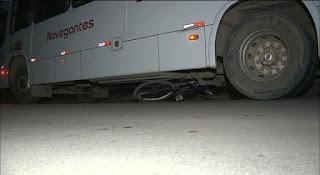 Bicicleta fica embaixo de ônibus após acidente que deixou dois feridos na PB