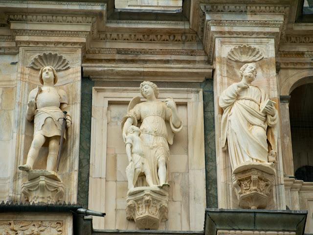 Esculturas centrales fachada de la Cartuja de Pavia