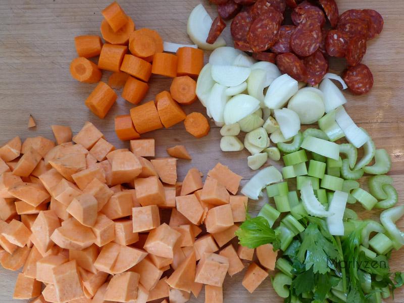 Emincez les légumes et le chorizo.