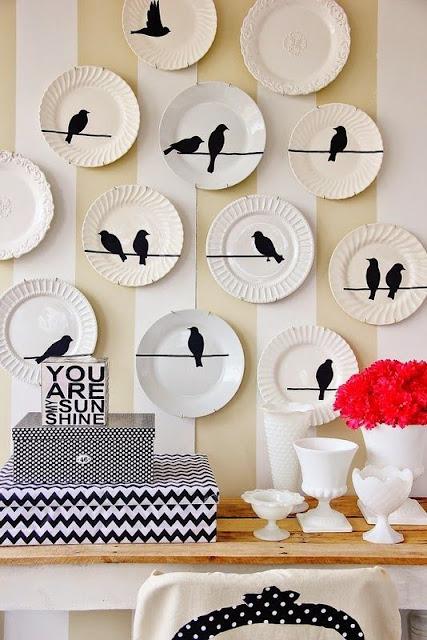 pratos na parede com adesivos simulando sombra de passaros