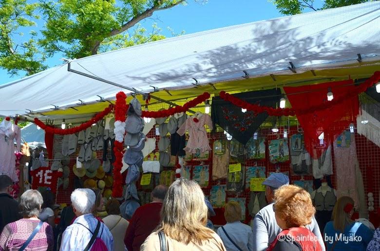 Fiestas San Isidro en Madrid マドリードのサンイシドロ祭のグッズを売る露天商